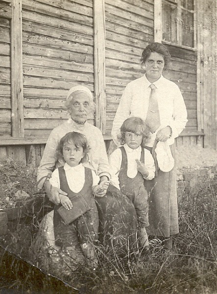 Maria_Alexandrovna_Sheveleva_with_mother_and _sons