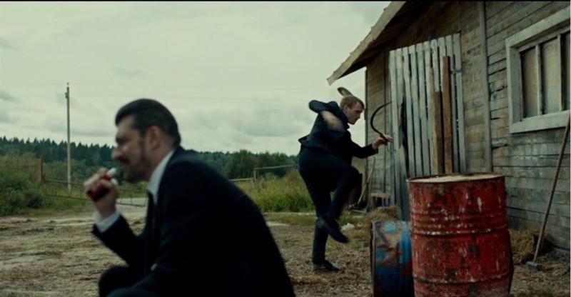 Тройник выполняет русские народные танцы на заднем плане