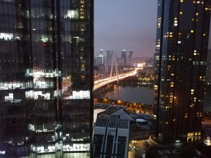 Небоскрёбы, и один из мостов через реку Ханьшуй, Ухань.