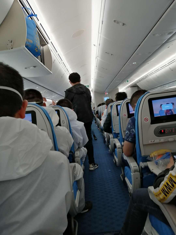 Многие китайцы летели в полных костюмах химзащиты.