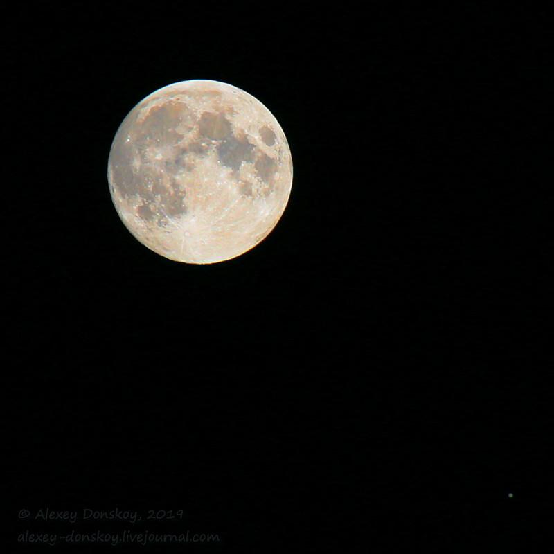 Луна и Юпитер. 2019.06.16 23:23 (Canon EOS 6D, Tamron 70-300@300, 1/100, F7.1, ISO 100)
