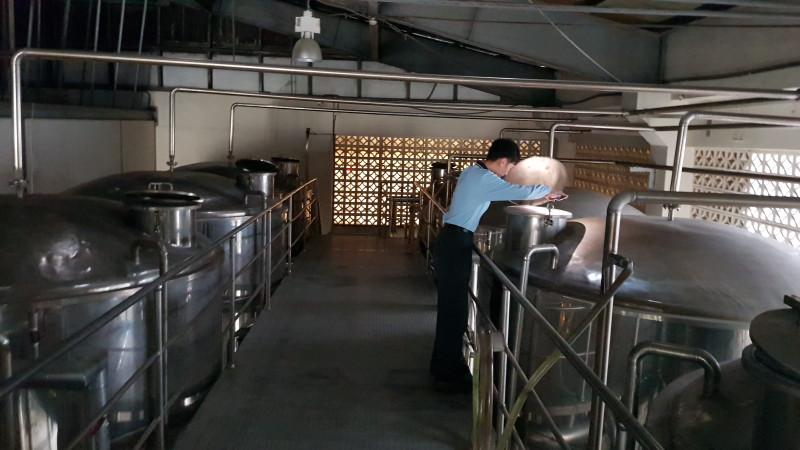 Ферментация сусла проводится в небольших металлических чанах на 1500 литров, срок ферментации – от 60 до 84 часов. Почему иногда дольше? Просто этот батч попадает на выходные (такой же подход я встречал и в Шотландии).