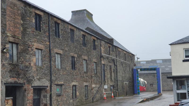 Предположительно бывшая винокурня Lochhead – проработала когда-то сто лет, теперь служит для мойки автобусов.