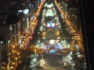 главная площадь Одори во время фестиваля в момент выключения иллюминации (22-00) - на ближних площадках ее уже нет, а на дальних еще есть