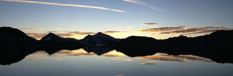 Рассвет на берегу высокогорного озера