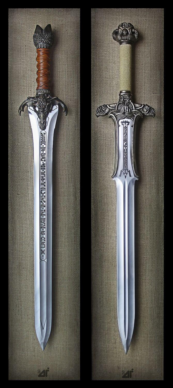 Слева - меч, созданный отцом Конана, справа - меч из древней гробницы.