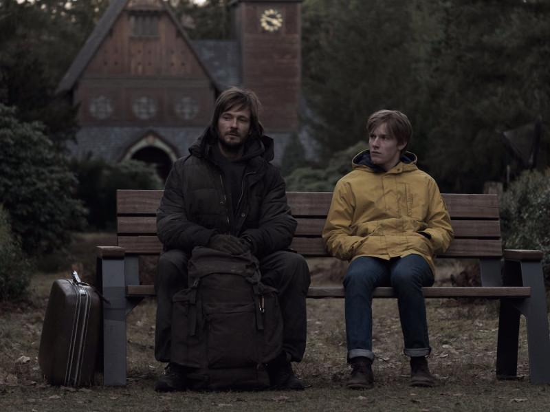 Йонас беседует с путешественников во времени, даже не подозревая с кем на самом деле он разговаривает... От такого открытия можно, наверное, свихнуться.