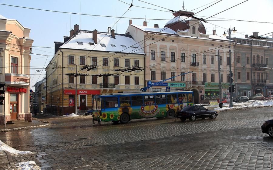 oestliche-marktplatzseite-in-chernivtsi-ff47ca2d-69b4-4fcb-9f30-84932ee69121