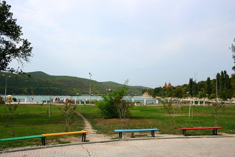 На берегу озера разбит небольшой парк