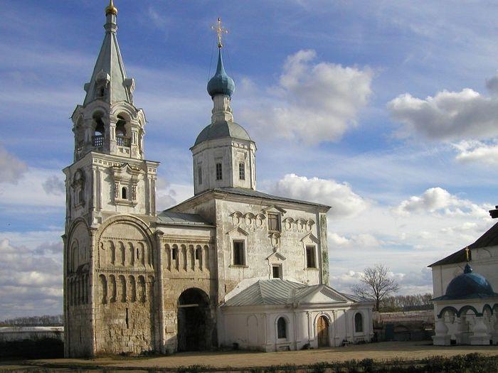 Храм Рождества Богородицы и остатки палат Андрея Боголюбского (ниже шатра колокольни)