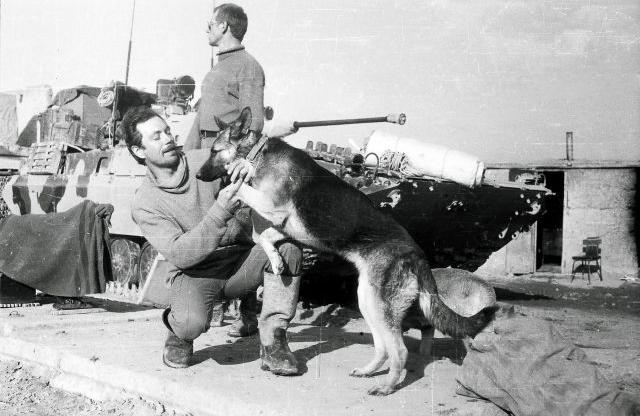 Командир 5 мср Игорь Фраерман с Альфой, за ними стоит Самсонов. 1989 г. Фото из личного архива Игоря Фраермана.