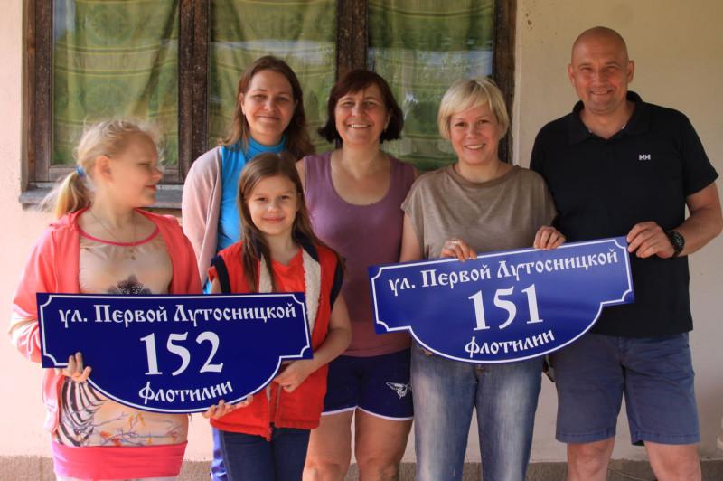 Татьяна Ивановна (в сиреневой майке), ее дочь Ирина (в синей водолазке), внучка Настя и их друзья на Лутосне