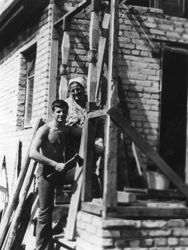 На фото - мы с мамой, отец фотографирует. На следующий год после моего возвращения из Афганистана (1989 г.), в очередном отпуске перестраиваем дом на даче. В это время я командовал 12-й ротой курсантов Московского ВОКУ.