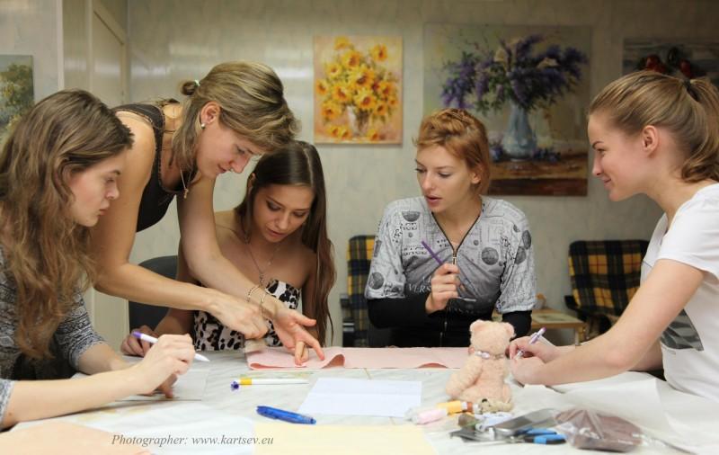 Наташа Колоскова проводит занятие по изготовлению Мишек Тедди