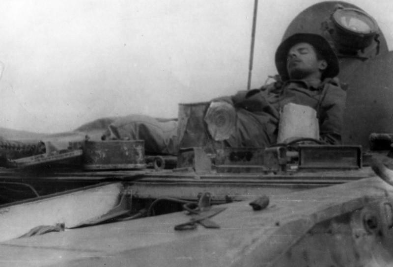 На фото: «тихий час» в Гардезе. Командир полка приказал взять на армейскую операцию по Алихейлем (май-июнь 1987 года) все боевые машины 1 мотострелкового (горнострелкового) батальона. В том числе и подбитую на предстоящих боевых действиях под Чарикаром БРМ-1к (башенный номер 643). С большим трудом дотянули её до Алихейля (заводилась она только с «толкача» и постоянно норовила заглохнуть). А через месяц, на обратном пути, уже под Гардезом, от короткого замыкания в электропроводке она загорелась снова. Пришлось провозиться с нашей брм-кой всю ночь. На следующий день, когда мы её немного подлатали, я уснул прямо на броне. Где меня и сфотографировали мои бойцы.