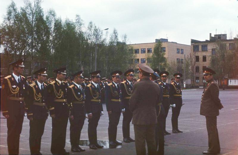 Офицеры училища. На заднем плане — казарма нашего 3 батальона и справа — казарма БОУПа. Фото Дмитрия Березовского.