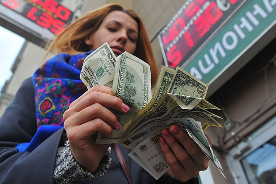 Россияне стали больше открывать валютных вкладов. ЦБ пообещал с этим бороться...