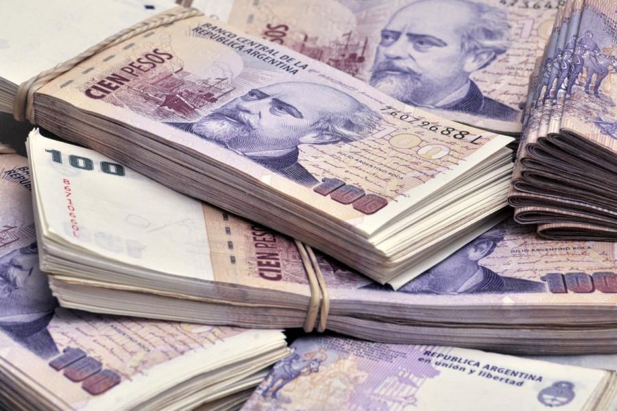 Дефицит долларов набирает обороты. Аргентина ограничила покупку валюты