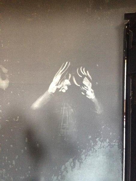 След рук сгоревшего человека на закопчённой стене Дома Профсоюзов в Одессе