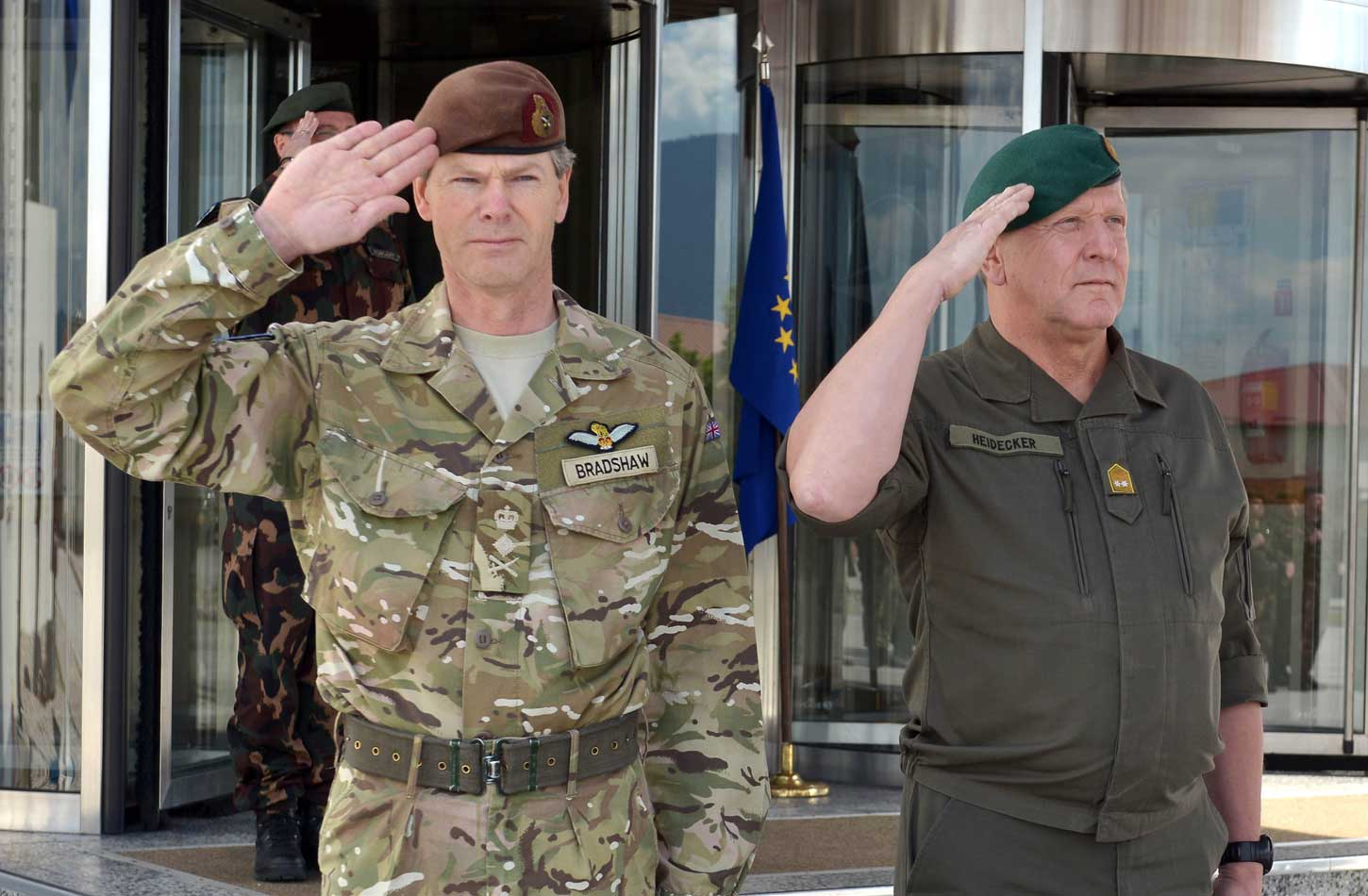 general_sir_adrian_bradshaw_is_visiting_eufor_camp_butmir_and_bih_1_20140506_1604588204