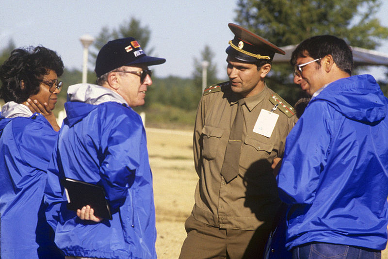800px-RIAN_archive_460160_US_military_inspectors,_Soviet_Army_captain