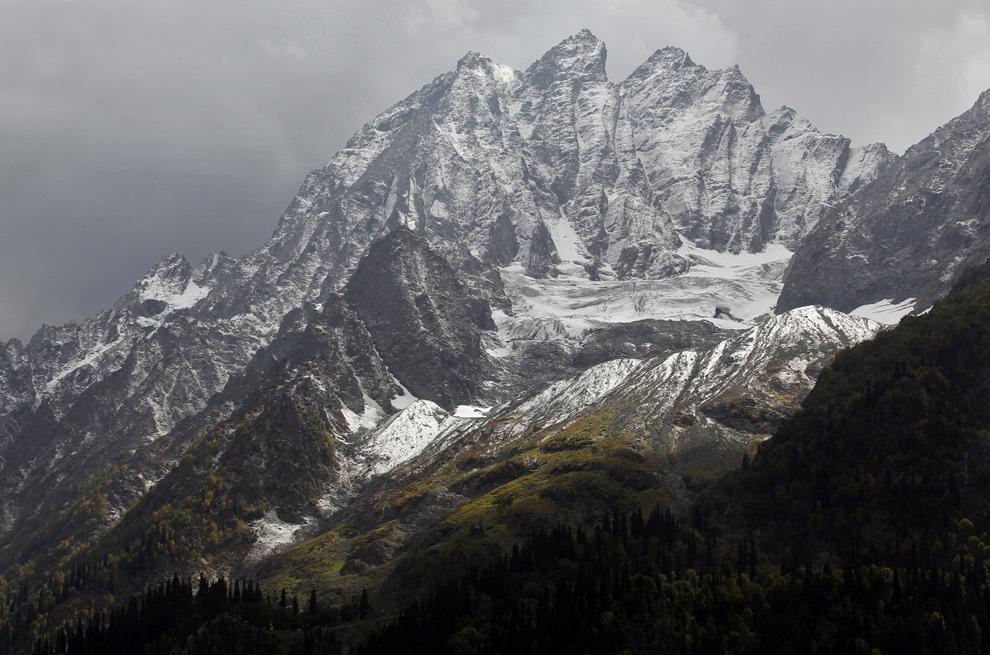 Вид заснеженных вершин перевала Зоджи-Ла, Индия, со Сринагар-Лехского шоссе