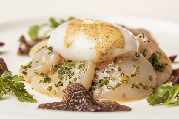 hokkaido-sea-scallop-carpaccio-slow-cooked-egg-and-white-truffle-dressing-kopiya-1050x697