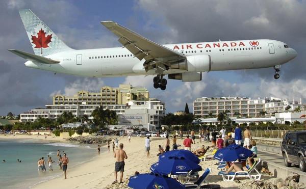 Air Canada landing at Maho beach