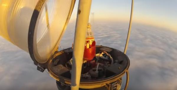 Замена лампы на высоте 600 метров (видео)