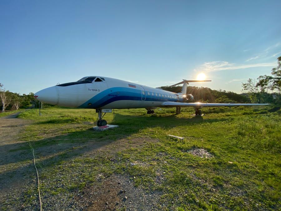 заброшенный самолет Ту-134 в бухте Муравьиной