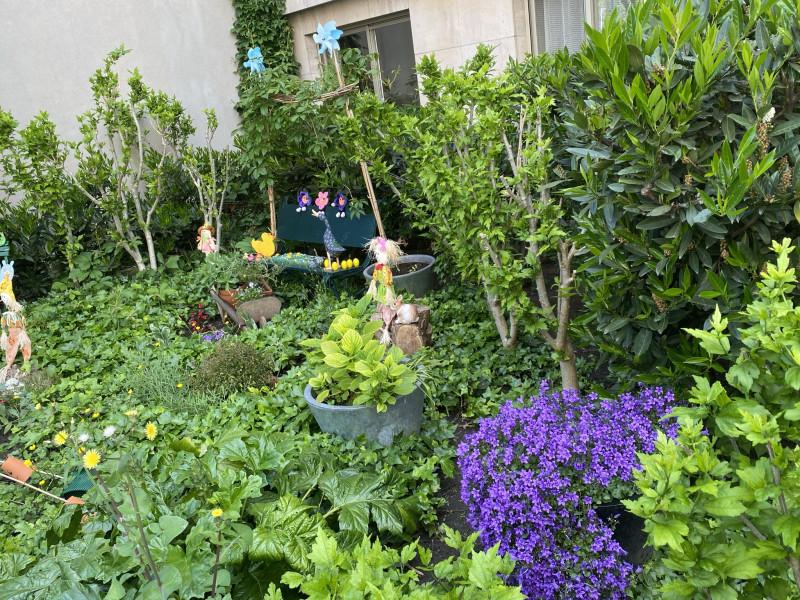 5. Пышная зелень перед парадной дома