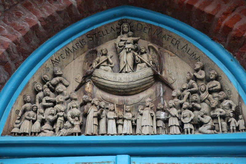 13. Барельеф над входом в часовню.