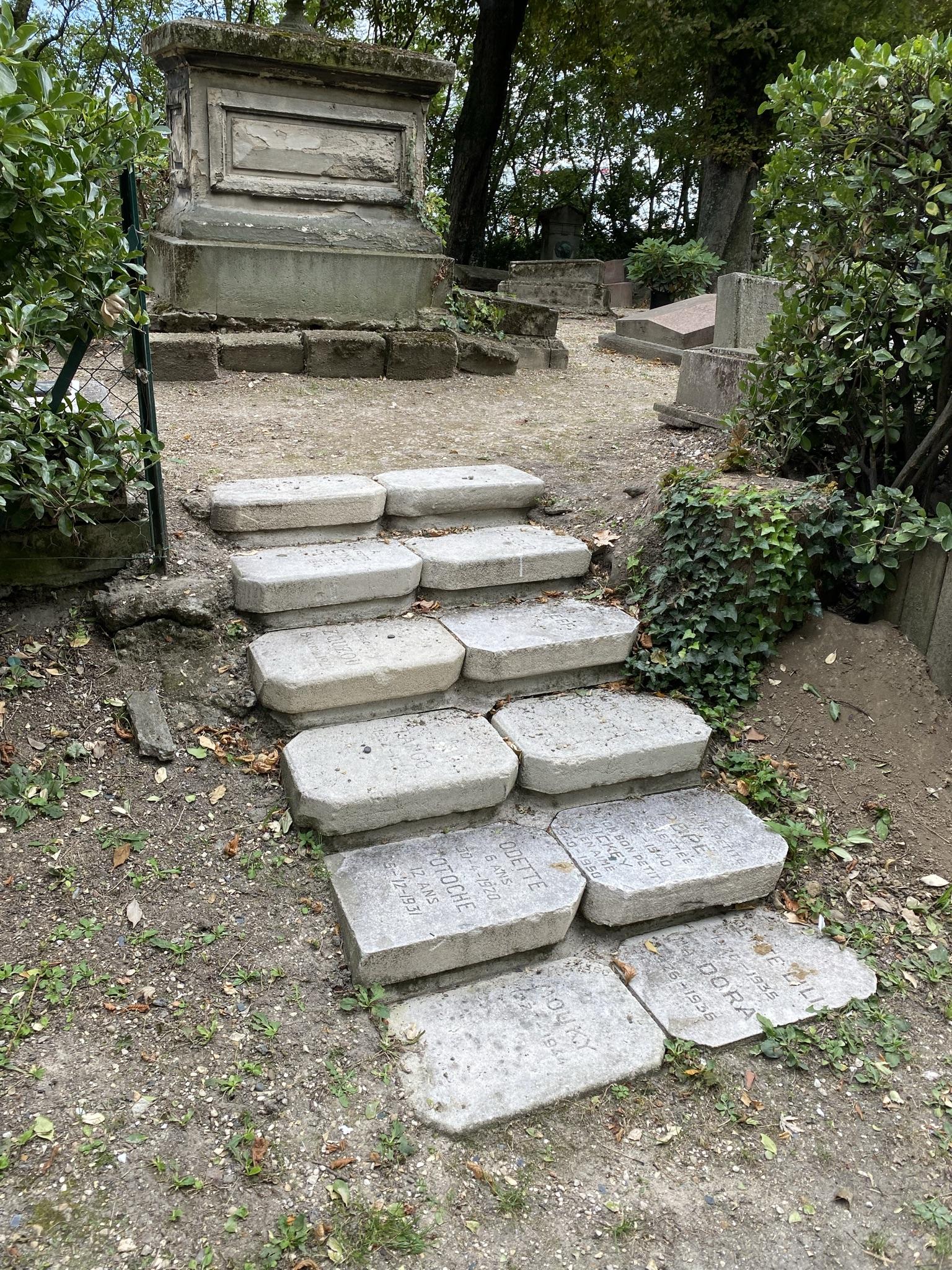 14. Лестница из могильных плит