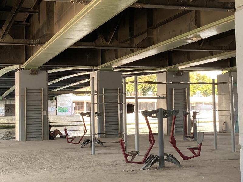 11. Спортивные снаряды под мостом.