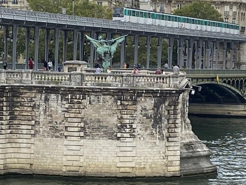 2. Обнаженная фигура в центре кадра, справа от статуи, под кончиком меча.