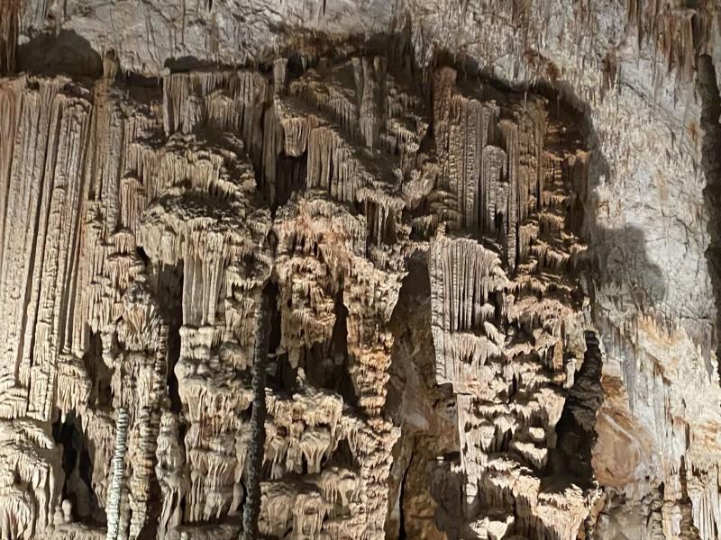 1. Сталагмиты в пещере Aven d'Orgnac