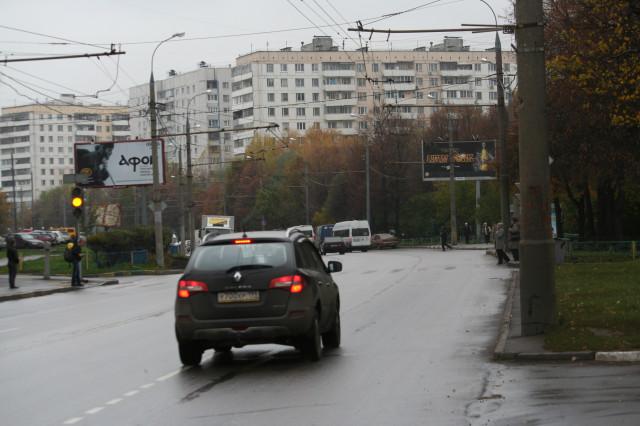 А светофор - так близко! Но только для пешеходов. А водители парьтесь наздоровье и бейтесь!