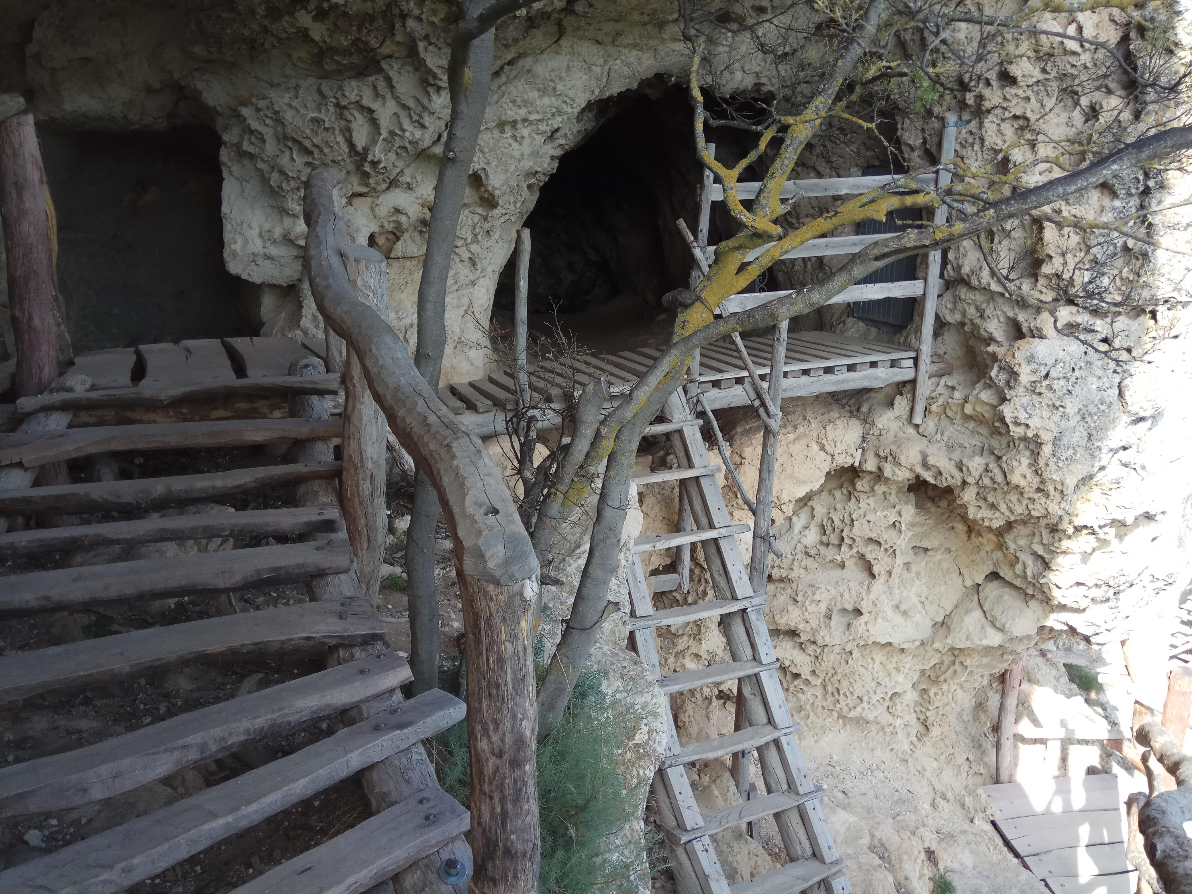 Пещерный монастырь Саввы Освященного яруса, скале, крест, монастыря, пещер, всего, здесь, монастыре, можно, подножия, видны, виден, хорошо, западной, стороны, несколько, настоящее, время, подняться, кельи