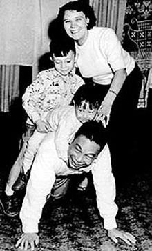 Цзян Цзинго с женой и детьми