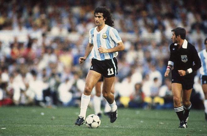 1403695327_b_v-1978-godu-mario-kempes-i-ego-partnjory-po-sbornoj-argentiny-s-nuzhnym-schjotom-obygrali-sbornuju-peru-6-0