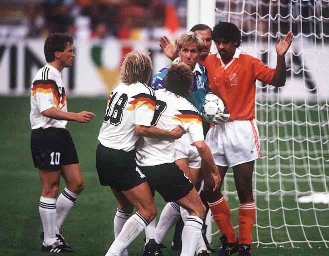 1403695508_b_chempionat-mira-1990-goda-frank-rajkard-pljujot-v-rudi-fjollera
