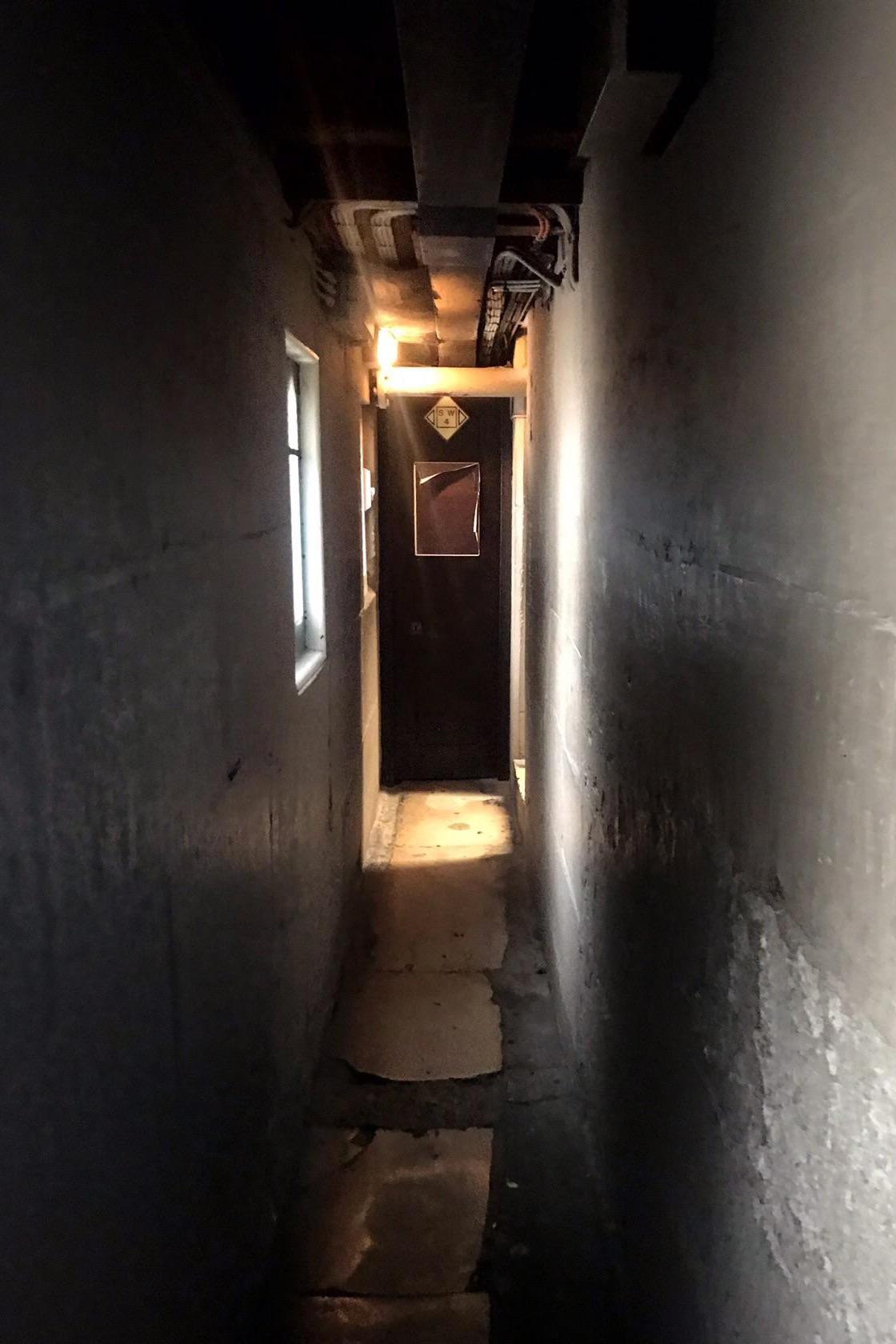 Не совсем арка, но всё-таки свет в конце туннеля. Это узкий коридор в Соборе Святого Павла в Лондоне. Где вежливые англичане становятся еще вежливее.