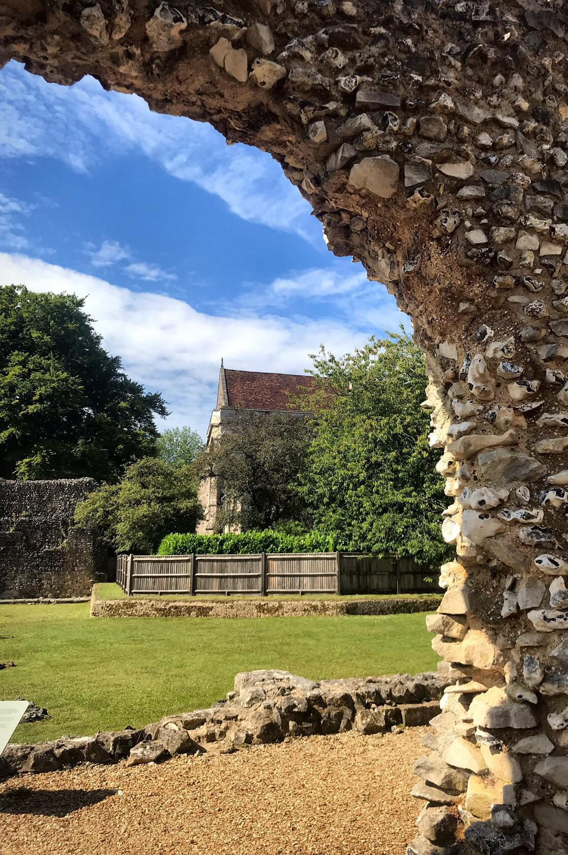 Арка в Винчестере- городке, где хотелось бы встретить старость. Здесь тихо, уютно и очень красиво!