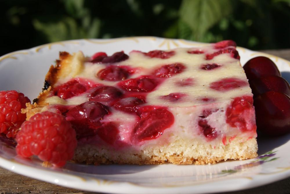Открытый пирог с малиной и вишней
