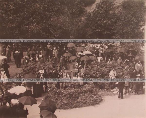 Местные жители во время панихиды на месте кончины великого князя Георгия Александровича. 6 июля 1899