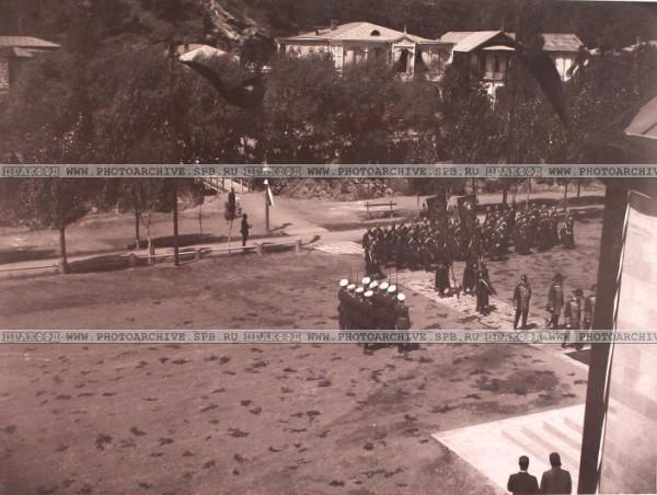 Военные с полковыми знаменами и штандартами направляются в Александро-Невскую церковь. 6 июля 1899