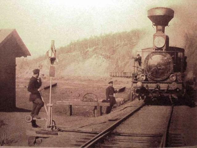 Прибытие поезда к станции