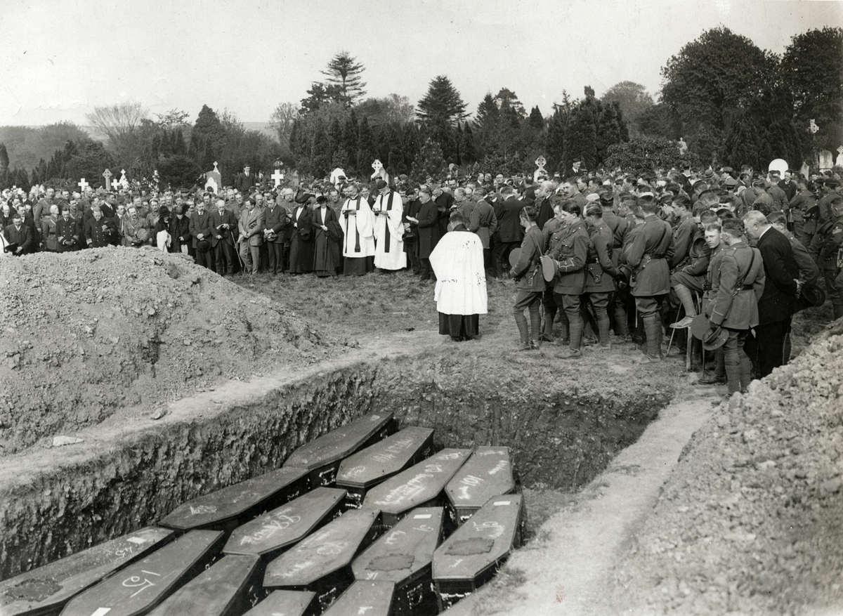 Погребение жертв с Лузитании. Лондон, Англия 1915 го
