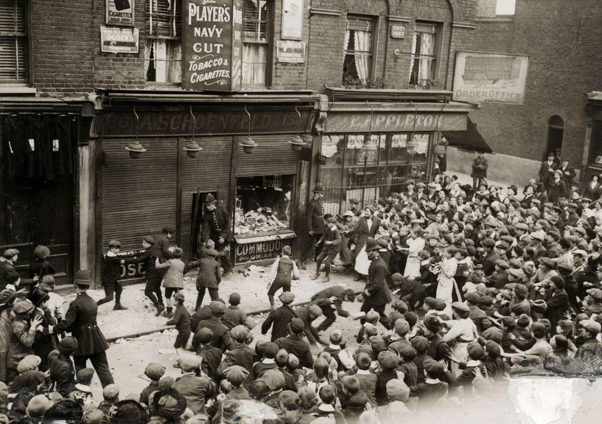 Антинемецкие погромы после торпедирования Лузитании многие магазины чьи хозяева носили немецкие фамилии были разгромлены. На фотографии погромщики разоряют сигарный