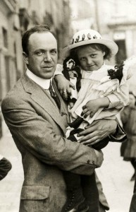 Спасенные с Лузитании. г-н Купер, канадский журналист с маленькой Хелен Смит, шестилетней девочкой, потерявшей обоих родителей в результате катастрофы Луизитании